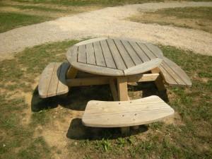 K4 Okrogla miza s klopmi LAVRA