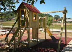 S2 Igralni stolp s hiško Robi in gugalnico